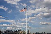 New York, Usa, Giugno 2007. Una bandiera degli Stati Uniti d'America con sullo sfondo i grattacieli di Manhattan.