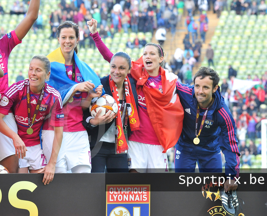 Uefa Women 's Champions League Final 2012 at Olympiastadion Munchen : Olympique Lyon -  FC Frankfurt : Lyon in vreugde poserend voor het Winners bord van de UEFA met Lara Dickenmann en Lotta Schelin.foto DAVID CATRY / JOKE VUYLSTEKE / Vrouwenteam.be