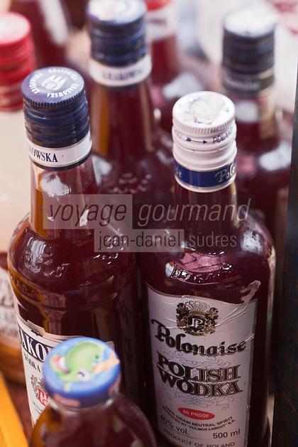 Europe/Voïvodie de Petite-Pologne/Cracovie:  Bouteilles de soupe au marché: Stary Kleparz, le borchtch rouge est vendu dans d'anciennes bouteilles de vodka