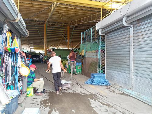 Patricia Báez. Una de las entradas al mercado municipal de Baní. Se han reducido las actividades comerciales.