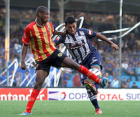 GUAYAQUIL- ECUADOR - 26-08-2014: Luis Escalada (Der.) jugador de Emelec de Ecuador de disputan el balon con Elvis Mosquera (Izq.) jugador de Las Aguilas de Colombia durante partido de vuelta de la primera fase, de la Copa Total Suramericana Emelec de Ecuador, Aguilas Doradas de Colombia en el George Capwell,, de la ciudad de Guayaquil. / Luis Escalada (R) player of Emelec of Ecuador vies for the ball with Elvis Mosquera (L) player of Las Aguilas of Colombia during a match for the second leg of the first phase, between Emelec of Ecuador and Aguilas Doradas of Colombia of the Copa Total Suramericana in the George Capwell stadium, in Guayaquil city. Photo: API / Photogamma / VizzorImage.