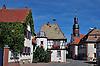 Rathaus mit Treppenturm, rechts die Ev. Bartholomäuskirche, barock, und das Rentamt bzw. die Zehntscheune, links das Weingut Röder