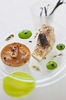 Europe/France/Bretagne/56/Morbihan/Lorient: Bar en cuisson lente, oignons de Roscoff, parfum de Vanille, recette de  Jean-Paul Abadie, restaurant: L'Amphytrion