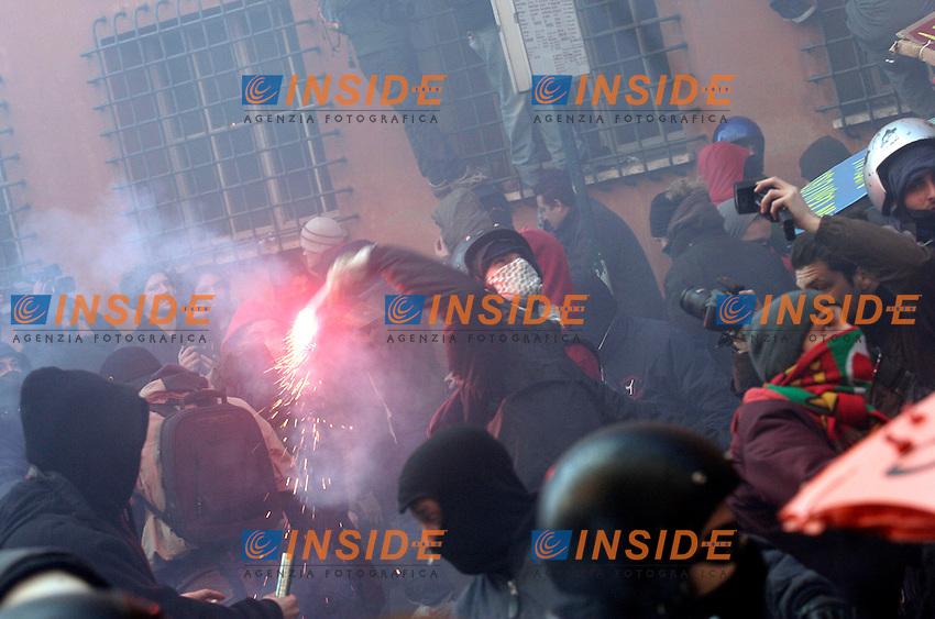 fightings - scontri<br /> Roma 14/12/2010 Manifestazione degli studenti , universitari e medi,Terzigno, L'Auquila  insieme al comitato uniti contro la crisi.<br /> Fightings in Roma during a demontration of Students against the governament. <br /> Photo Zucchi Insidefoto