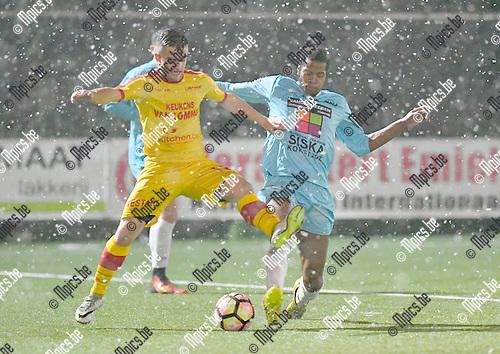 2017-02-11 / voetbal / seizoen 2016 - 2017 / Oosterzonen - Coxyde / een duel om de bal tussen Joren Dehond (l) (Oosterzonen) en Christopher Luhaka (r) (Coxyde)