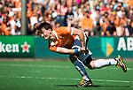 BLOEMENDAAL   - Hockey -  2e wedstrijd halve finale Play Offs heren. Bloemendaal-Amsterdam (2-2) . A'dam wint shoot outs. Tim Swaen (Bldaal) .  COPYRIGHT KOEN SUYK