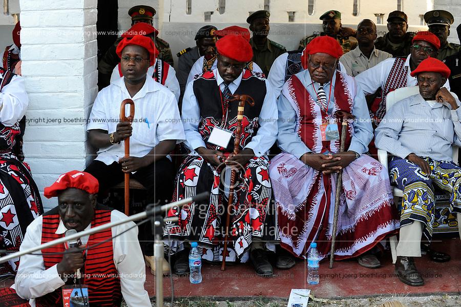 ZAMBIA Barotseland , Zambezi floodplain , Kuomboka ceremony in Limulunga, the Lozi king Lubosi Imwiko II. also called Litunga, change his lower land residence after raining time with the royal bark Nalikwanda to his upper land palace in Limulunga,  guest, entourage and underling  / SAMBIA Barotseland , Flutebene des Zambezi Fluss , Kuomboka Fest in Limulunga, der Lozi Koenig, Litunga, in seiner Residenz in Limulunga, Gaeste und Untertanen