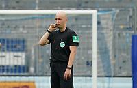Schiedsrichter Nicolas Winter hört die Ausfuehrungen aus Koeln<br /> <br /> - 14.06.2020: Fussball 2. Bundesliga, Saison 19/20, Spieltag 31, SV Darmstadt 98 - Hannover 96, emonline, emspor, <br /> <br /> Foto: Marc Schueler/Sportpics.de<br /> Nur für journalistische Zwecke. Only for editorial use. (DFL/DFB REGULATIONS PROHIBIT ANY USE OF PHOTOGRAPHS as IMAGE SEQUENCES and/or QUASI-VIDEO)