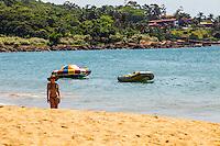 ILHABELA,SP, 09.12.2013 - CLIMA TEMPO-ILHABELA - Banhistas aproveitam o sol forte na Praia do Curral, ao sul da Ilhabela, nesta tarde de segunda-feira (09). Segundo a meteorologia, o dia será de muito sol com ventos moderados no litoral norte de são paulo. FOTO RICARDO LOU/BRAZILPHOTOPRESS