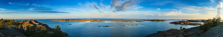 Panorama 180 grader från Hallskär med sina låga skär  i Stockholms södra ytterskärgård med havet och horisonten.