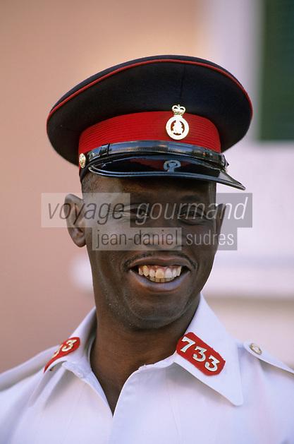 Iles Bahamas / New Providence et Paradise Island / Nassau: Policier devant Parliaent Square siége du Gouvernement