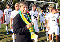 Harold Mayne-Nicholls with George Mason players during the visit of the FIFA World Cup 2018-2022 inspection delegation to George Mason University soccer practice facility.