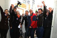 CURITIBA, PR, 15.08.2014 -DISSOLUÇÃO DO PARTIDO PSDB / CURITIBA - Fotos durante aprovação da dissolução da Comissão Executiva Estadual do partido do Paraná na tarde desta sexta-feira (15) em frente a sede no diretório na Rua Vicente Machado, em Curitiba. A sede estava trancada com correntes no portão e um chaveiro foi chamado depois da aprovação de 42 membros do diretório para substituição do presidente do partido no Paraná. Na foto momento de entrada logo após o cheveiro conseguir abrir o cadeado da porta.  (Foto: Paulo Lisboa / Brazil Photo Press)