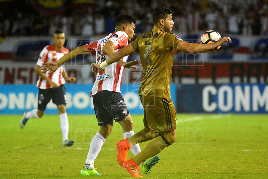 BARRANQUIILLA - COLOMBIA, 02-11-2017: Teofilo Gutierrez (Izq) del Atlético Junior de Colombia disputa el balón con Oswaldo Henriquez (Der) jugador de Sport Recife de Brasil durante partido de vuelta por los cuartos de final, llave 3, de la Copa CONMEBOL Sudamericana 2017  jugado en el estadio Metropolitano Roberto Meléndez de la ciudad de Barranquilla. / Teofilo Gutierrez (L) player of Atlético Junior of Colombia struggles the ball with Oswaldo Henriquez (R) player of Sport Recife of Brazil during second leg match for the final quarters, key 3, of the Copa CONMEBOL Sudamericana 2017played at Metropolitano Roberto Melendez stadium in Barranquilla city.  Photo: VizzorImage/ Alfonso Cervantes / Cont