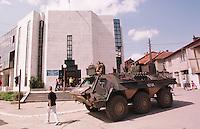 Deutsche KFOR-Soldaten (Panzergrenadiere) bewachen in einem Schuetzenpanzer (Fuchs) das Regional-Headquarter der Vereinten Nationen im Kososvo (UNMIK) in Prizren.<br /> Prizren/Jugoslawien, 30.7.1999<br /> Copyright: Christian-Ditsch.de<br /> [Inhaltsveraendernde Manipulation des Fotos nur nach ausdruecklicher Genehmigung des Fotografen. Vereinbarungen ueber Abtretung von Persoenlichkeitsrechten/Model Release der abgebildeten Person/Personen liegen nicht vor. NO MODEL RELEASE! Don't publish without copyright Christian-Ditsch.de, Veroeffentlichung nur mit Fotografennennung, sowie gegen Honorar, MwSt. und Beleg. Konto: I N G - D i B a, IBAN DE58500105175400192269, BIC INGDDEFFXXX, Kontakt: post@christian-ditsch.de<br /> Urhebervermerk wird gemaess Paragraph 13 UHG verlangt.]