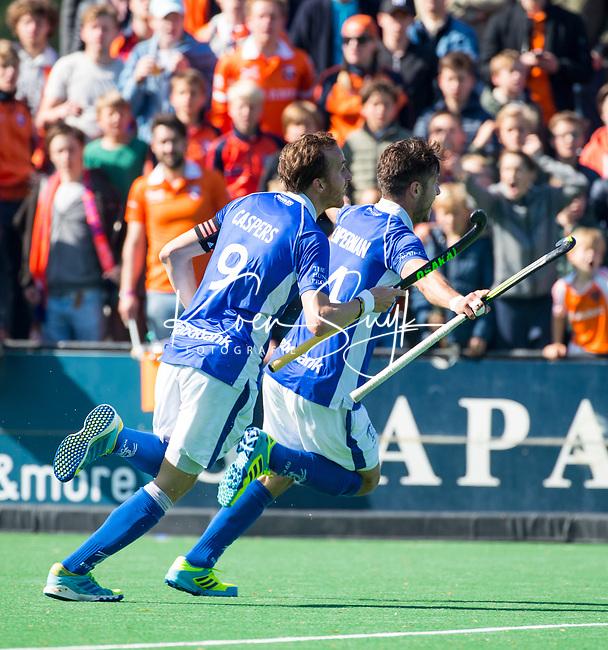 BLOEMENDAAL  -   Robbert Kemperman (Kampong) heeft de stand op 0-2 gebracht tijdens  de play offs heren hoofdklasse Bloemendaal-Kampong (0-2) . Kampong plaatst zich voor de finale. links Quirijn Caspers (Kampong)  COPYRIGHT KOEN SUYK