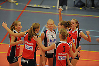 VOLLEYBAL: GRONINGEN: Topsportcentrum Alfacollege, 27-10-2012, Eredivisie Dames, Eindstand 1-3, speelsters VC Sneek peppen elkaar op tijdens de 4e set, Roos van Wijnen (#11), Nynke Oud (#5), Ellen van Wijnen (#2), Fenna Zeinstra (#3), Klaske Sikkes (#10), Monique Volkers (#12), ©foto Martin de Jong