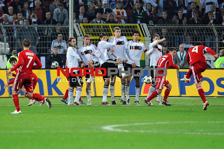 Fussball, L&auml;nderspiel, WM 2010 Qualifikation Gruppe 4 Westfalen Stadion Dortmund ( SIGNAL IDUNA PARK )<br />  Deutschland (GER) vs. Russland ( RUS )<br /> <br /> Freistoss Sergey Ignashevitch (RUS 04)  in die Joachim Loew (L&ouml;w) - ( Germany / Trainer / Coach / )sche Mauer v.li<br /> Torsten Frings ( Ger /  Werder Bremen #08) Thomas Hitzlsperger ( Ger /  VFB Stuttgart #15) Mario Gomez ( Ger / VFB Stuttgart #18) Per Mertesacker ( Ger / Werder Bremen #17) Michael Ballack (Ger /  Chelsea London #13) Bastian Schweinsteiger ( Ger /  Bayern Muenchen #7)  - Konstantin Zyrianov (RUS #17)  geht in Deckung - i Igor Denisov ( Rus #07)<br /> <br /> Foto &copy; nph (  nordphoto  )<br />  *** Local Caption ***