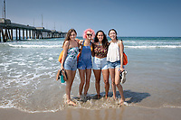 Incoming Occidental College first-year students explore Venice Beach in Los Angeles as part of OxyEngage, Aug. 21-22, 2018.<br /> OxyEngage is a pre-orientation program that introduces incoming students to the vibrant city of Los Angeles. Over two days, upperclassmen facilitators lead trips to experience culture, film, food, nature, social justice, the urban environment, and much more! On an OxyEngage trip you will make fast friends, get to know your surrounding area, and find some stunning places you will want to return to time and time again.<br /> (Photo by Marc Campos, Occidental College Photographer)