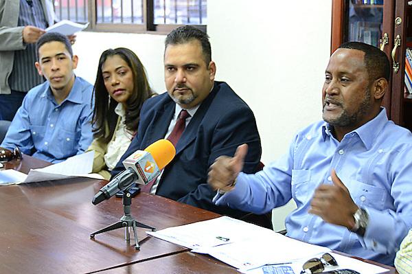 Confederaci&oacute;n Nacional de Trabajadores Dominicanos (CNTD) manifiesta que el Instituto Dominicano de Aviaci&oacute;n Civil (ADAC) reprime a la Asociaci&oacute;n Dominicana de Controladores de Tr&aacute;nsito A&eacute;reo (ADCA) por denunciar irregularidades en el sistema d navegaci&oacute;n a&eacute;rea y su oposici&oacute;n al intento de modificaci&oacute;n de la Ley de aviaci&oacute;n civil.<br /> Jacobo Ramos, presidente Confederaci&oacute;n Nacional de Trabajadores Dominicanos (CNTD)<br /> Wellinton Almonte, presidente Asociaci&oacute;n Dominicana de Controladores de Tr&aacute;nsito A&eacute;reo (ADCA)<br /> Fotos: Carmen Su&aacute;rez/acento.com.do<br /> Fecha: 13/01/2014