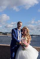 Brautpaar an der Strelka, St. Petersburg, Russland