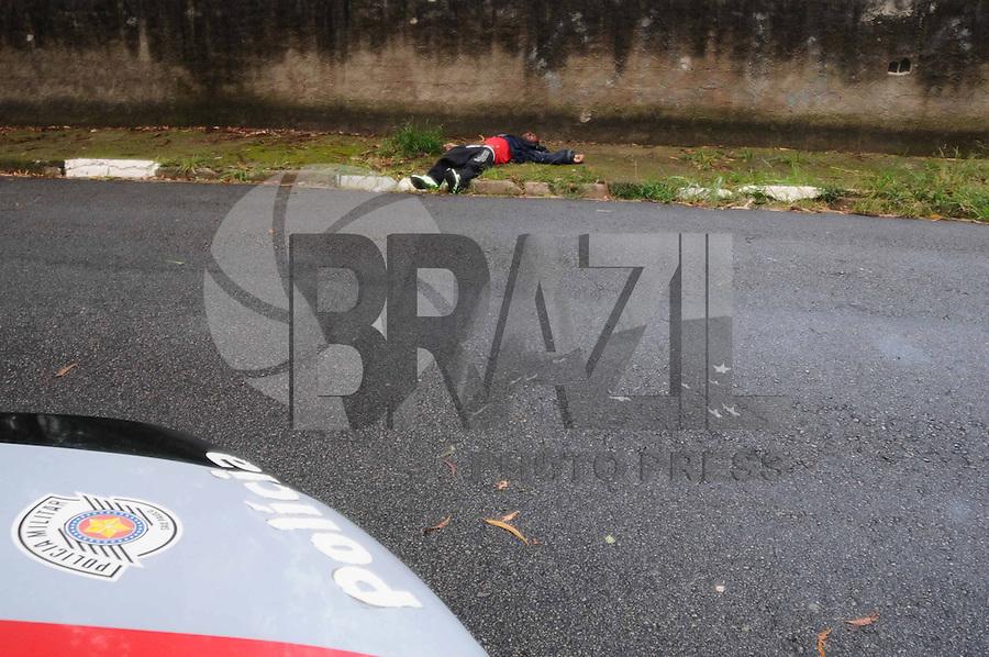 SAO PAULO.-SP) 21 DE JANEIRO 2013 CARRO E CORPO ABANDONADO - Um carro abandonado com placas aduteradas  marcas de tiro e foi encontrado na Rua Coronel Francisco de Oliveira Simoes proximo ao Cemiterio do Morumbi na mesma rua foi encontrado um corpo de um homem ainda não indentificado. FOTO ADRIANO LIMA / BRAZIL PHOTO PRESS).