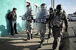 Javier Calvelo/ URUGUAY/ MONTEVIDEO/ Barrio Marconi - Aparicio Saravia y San Mart&iacute;n/ Incidentes en barrio Marconi. La Direcci&oacute;n de la Polic&iacute;a Nacional llego al lugar de los incidentes y hay efectivos de la Guardia Republicana y de la Jefatura de Polic&iacute;a de Montevideo en el lugar. Un joven muri&oacute; y otro est&aacute; herido. Gente de la zona apedre&oacute; a un patrullero y a los medios que estaban en el lugar.<br /> En la foto: Operativo policial tras los incidentes en barrio Marconi  Foto: Javier Calvelo/ adhocFotos<br /> 20160527 dia viernes<br /> adhocFotos