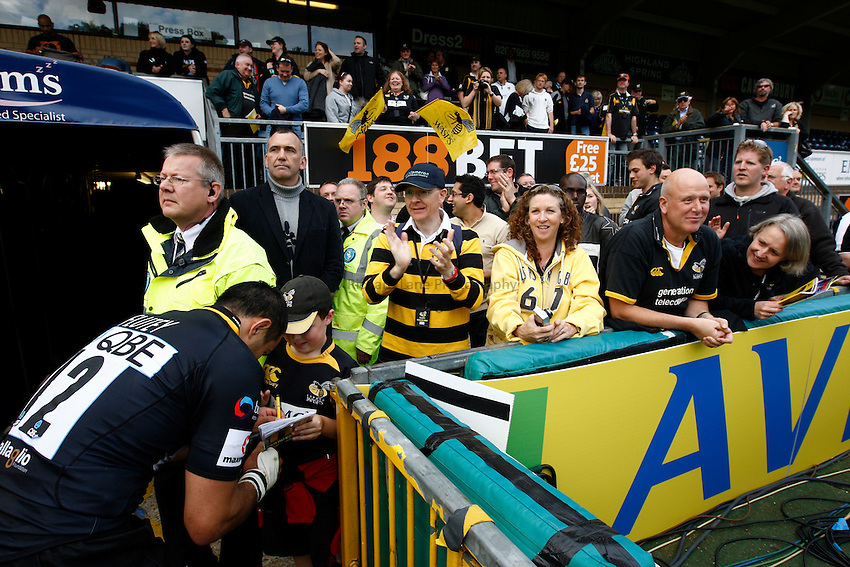 Photo: Richard Lane/Richard Lane Photography. London Wasps v Leicester Tigers. Aviva Premiership. 18/09/2010. Wasps' Riki Flutey signs autographs for fans.