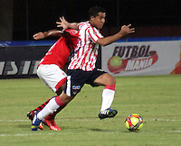 CÚCUTA -COLOMBIA, 21-08-2013. Jugador del Cucuta Deportivo disputan el balón con un jugador del Junior durante partido por la fecha 5 de la Liga Postobon II disputado en el estadio General Santander de la ciudad de Cucuta./  Cucuta Deportivo player fights for the ball with Junior player (R) during match valid for the fifth date of the Postobon League II at the General Santander Stadium in Cucuta city. Photo: VizzorImage/Manuel Hernandez/STR