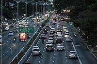 SÃO PAULO, SP, 25.05.2015 - TRANSITO SP - Transito intenso na Avenida 23 de Maio nos dois sentidos na altura do Viaduto Tutóia no bairro Vila Mariana, zona sul de São Paulo nesta segunda-feira 25. (Foto: Marcos Moraes/Brazil Photo Press)