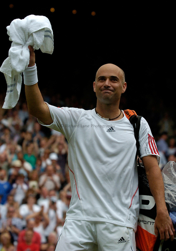 Photo: Richard Lane..Wimbledon Championships. 27/06/2006. .USA's Andre Agassi thanks the fans.
