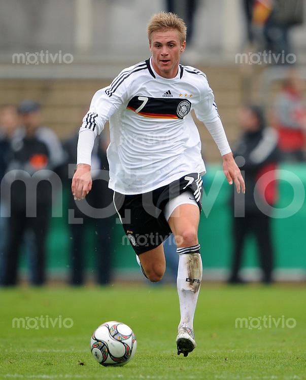 FUSSBALL  INTERNATIONALES FREUNDSCHAFTSSPIEL   SAISON 2009/2010  Deutschland U18 - Algerien U18            10.10.2009 Florian TRINKS (Deutschland) Einzelaktion am Ball