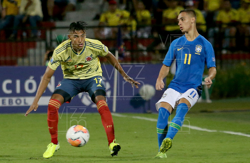 BUCARAMANGA – COLOMBIA, 03-02-2020: Gabriel Fuentes de Colombia disputa el balón con Antony Matheus de Brasil durante partido entre Colombia U-23 y Brasil U-23 por el cuadrangular final como parte del torneo CONMEBOL Preolímpico Colombia 2020 jugado en el estadio Alfonso Lopez en Bucaramanga, Colombia. / Gabriel Fuentes of Colombia fights the ball with Antony Matheus of Brazil during the match between Colombia U-23 and Brazil U-23 for for the final quadrangular as part of CONMEBOL Pre-Olympic Tournament Colombia 2020 played at Alfonso Lopez stadium in Bucaramanga, Colombia. Photo: VizzorImage / Jaime Moreno / Cont