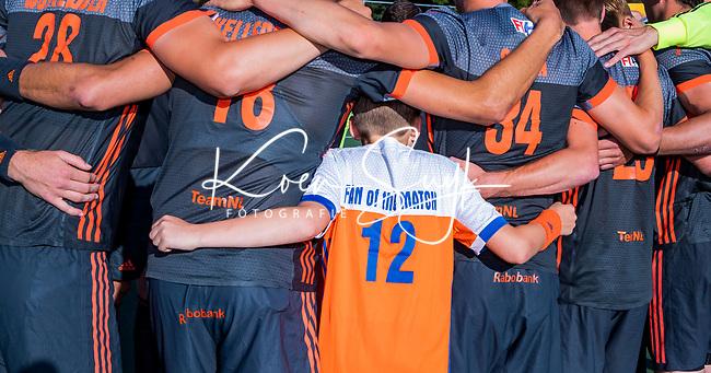 AMSTELVEEN - Floris, Fan of the Match, bij de teamhuddle  voor   de halve finale  Nederland-Belgie (1-3) van de Pro League hockeywedstrijd heren.  COPYRIGHT  KOEN SUYK