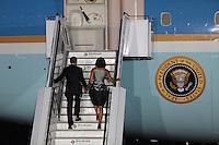 """Berlin, der US-amerikanische Praesident Barack Obama und seine Frau Michelle gehen am Mittwoch (19.06.13) auf dem militaerischen Teil des Flughafens Tegel in Berlin nach dem Staatsbesuch in Deutschland zur Praesidentenmaschine """"Airforce One"""". Foto: Georg Hilgemann/CommonLens"""