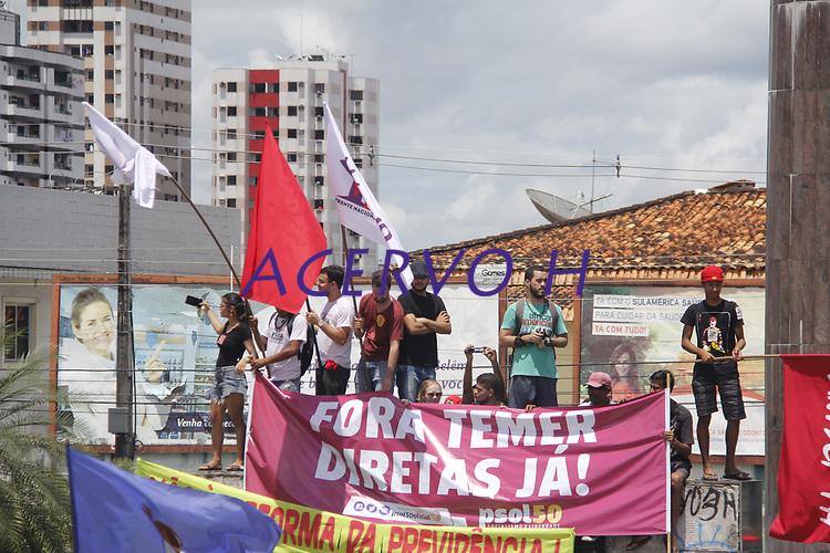 Protesto e manifestações contra a reforma trabalhista, greve geral Fora Temer. <br /> Manifestantes fecham a BR 316.<br /> Foto: Ney Marcondes.<br /> Marituba, Pará, Brasil<br /> 28/04/2017.