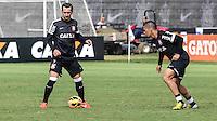 SAO PAULO, SP, 04 JUNHO DE 2013 - TREINO DO CORINTHIANS - Douglas (e) e Ralf (d) jogadores do Corinthians durante treino na manha desta terca-feira, 04 no CT Joaquim Grava regiao leste da cidade de Sao Paulo. FOTO: VANESSA CARVALHO - BRAZIL PHOTO PRESS.