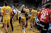 """1. Bundesliga Handball Damen - Frauen Handball BL DHB - Arena Leipzig - HC Leipzig : TSV Bayer 04 Leverkusen """"Handballelfen"""" - im Bild: schnell raus aus den nassen Klamotten - mitte: Sara Eriksson . Foto: Norman Rembarz..Norman Rembarz , Autorennummer 41043728 , Augustenstrt. 2, 04317 Leipzig, Tel.: 01794887569, Hypovereinsbank: BLZ: 86020086, KN: 357889472, St.Nr.: 231/261/06432 - Jegliche kommerzielle Nutzung ist honorar- und mehrwertsteuerpflichtig! Persönlichkeitsrechte sind zu wahren. Es wird keine Haftung übernommen bei Verletzung von Rechten Dritter. Autoren-Nennung gem. §13 UrhGes. wird verlangt. Weitergabe an Dritte nur nach  vorheriger Absprache.."""