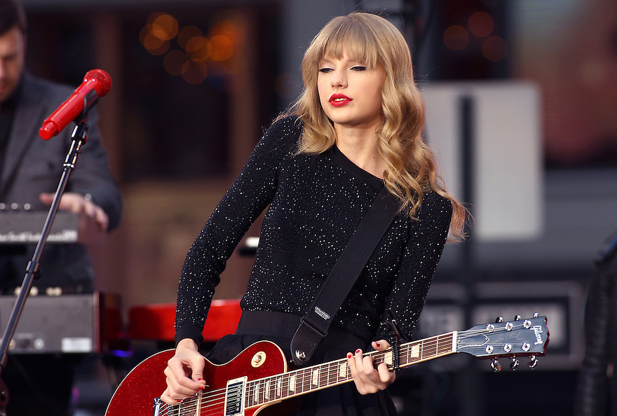 """Singer Taylor Swift performs on ABC's """"Good Morning America"""" on Tuesday, Oct. 23, 2012 in New York. (AP Photo/ Donald Traill)"""