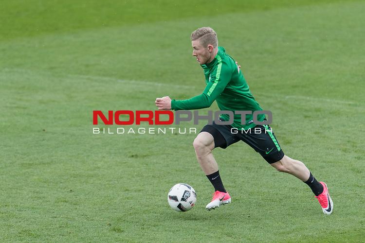 28.04.2017, Trainingsgelaende, Bremen, GER, 1.FBL, Training Werder Bremen<br /> <br /> im Bild<br /> Florian Kainz (Bremen #7) am Ball, <br /> <br /> Foto &copy; nordphoto / Ewert