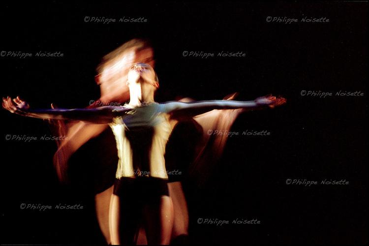 Spectacle de danse contemporaine / 75 Paris / Rég. Ile de France / Contemporary modern dance ballet on stage in Paris / France