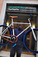 Brescia / Italia 13 novembre 2013<br /> Hamara Samaki (23), rifugiato del Mali, al lavoro nell'officina per riparazioni di biciclette aperta con altri rifugiati con l'aiuto dell'associazione ADL Brescia e con il contributo di Re-Startup, rete nazionale per imprese cooperative di titolari di protezione internazionale vulnerabili.<br /> La Cooperativa Gekake è una delle prime start-up gestite da immigrati richiedenti asilo politico.<br /> Foto Livio Senigalliesi