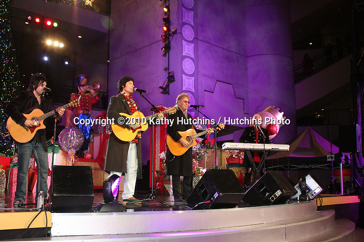 LOS ANGELES - NOV 20:  Ronn Moss, Peter Beckett -  Player at the Hollywood & Highland Tree Lighting Concert 2010  at Hollywood & Highland Center Cour on November 20, 2010 in Los Angeles, CA