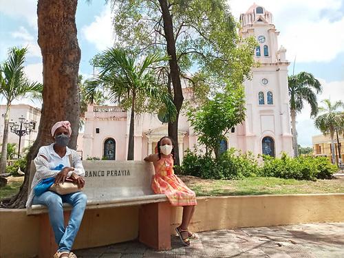 Patricia Báez. Una señora y una niña, en el parque. Nótese el distanciamiento interpersonal.
