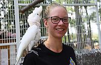 Weißhaubenkakadu Charly mit der Auszubildenden Clara Ritterbach - Weiterstadt 05.08.2018: Tag der offenen Tür auf der Keller-Ranch