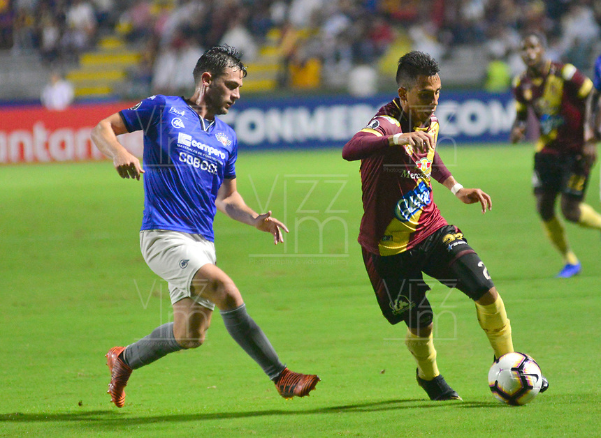 IBAGUE- COLOMBIA, 03-04-2019: Alex Castro de Deportes Tolima (COL) disputa el balón con Cristian Chávez de Jorge Wilstermann (BOL), durante partido de la fase de grupos, grupo G, fecha 3, entre Deportes Tolima (COL) y Jorge Wilstermann (BOL), por la Copa Conmebol Libertadores 2019, en el Estadio Manuel Murillo Toro de la ciudad de Ibague. / Alex Castro of Deportes Tolima (COL) vies for the ball with Cristian Chavez of Jorge Wilstermann (BOL), during a match of the groups phase, group G, 3rd date, beween Deportes Tolima (COL) and Jorge Wilstermann (BOL), for the Conmebol Libertadores Cup 2019, at the Manuel Murillo Toro Stadium, in Ibague city. VizzorImage / Juan Carlos Escobar / Cont.