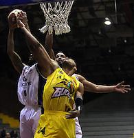 BOGOTA -COLOMBIA, 6-MARZO-2015. Randall Hunter  (Izq)  de Guerreros de Bogota en accion contra  Jhon Hernandez  de Bucaros durante partido de la quinta fecha de la Liga DIRECTV de baloncesto 2015 jugado en el coliseo el Salitre .Guerreros se impuso 92-87 a Bucaros. /Randall Hunter (L)  of Guerreros of Bogota in action against Jhon Hernandez of Bucaros  during  game of  the fifth round of the liga  DIRECTV 2015 of Basketball  played at the Coliseum Salitre .Guerreros won 92-87 to Bucaros . Photo / VizzorImage / Felipe Caicedo  / Staff