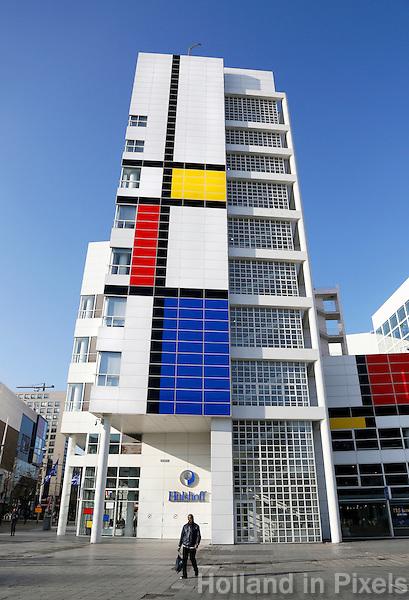 Nederland  Den Haag   2017. Vanaf donderdag 2 februari heeft Den Haag op de gevel van het stadhuis de grootste Mondriaan ter wereld staan. Dit is het startsein voor de Haagse viering van het landelijke themajaar Mondriaan tot Dutch Design.    Berlinda van Dam / Hollandse Hoogte
