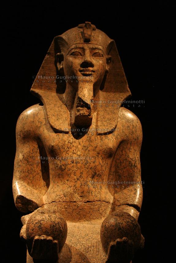 ITALIA - Torino - Museo Egizio  Statua del faraone Amenothep II XVIII dinastia la statua raffigura il faraone in ginocchio, nell'atto di presentare alla divinità i vasi dell'offerta del vino