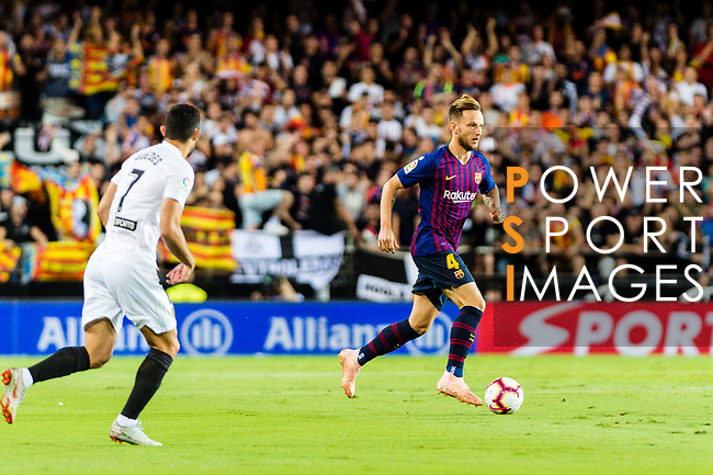 Ivan Rakitic of FC Barcelona (R) in action during their La Liga 2018-19 match between Valencia CF and FC Barcelona at Estadio de Mestalla on October 07 2018 in Valencia, Spain. Photo by Maria Jose Segovia Carmona / Power Sport Images